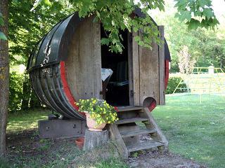 Weinfass mit Sitzplätzen und Tisch
