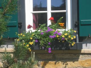Liebevoller Blumenschmuck am Gästefenster