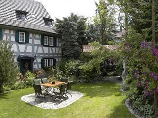 Parkähnlicher Garten mit Gästeterrasse