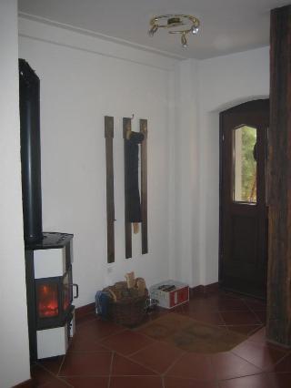 Separater Eingang mit Kaminofen und Garderobe