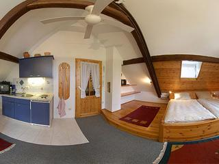 360° Panoramafoto des Schlaf- und Eingangsbereiches