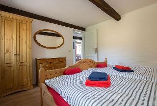 Schlafzimmer 1 im Erdgeschoss mit Blick auf Eingang, Freesenhus an de Soot, Fam. Walter