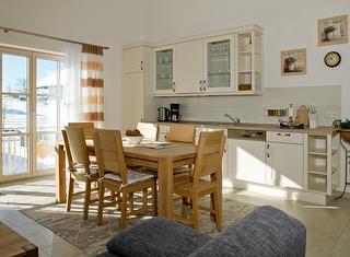 Küche mit ausgestatteter Küchenzeile