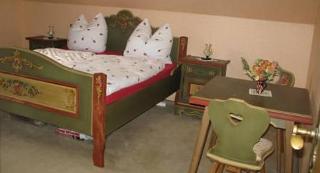Doppelbett und Sitzgelegenheit im Schlafzimmer