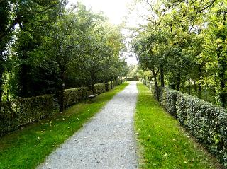 Herrenweg entlang der Burgbefestigung