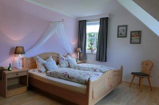 Schlafzimmer Ferienwohnung Gartenblick (oben)