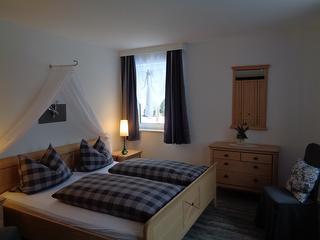 Schlafzimmer Ferienwohnung Gartenblick (unten)