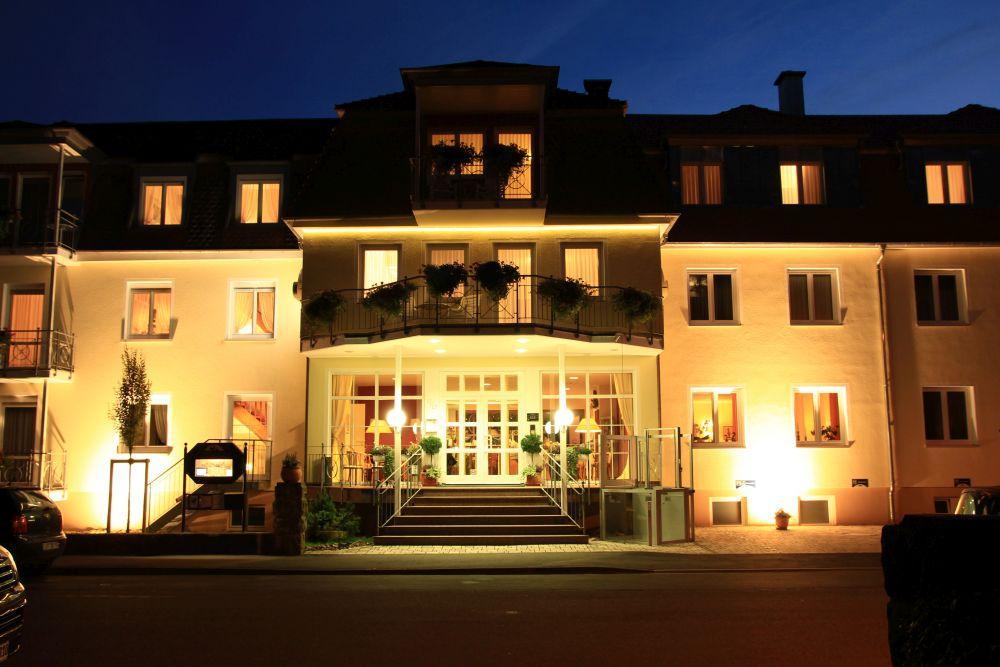 Hotel Alexa bei Nacht