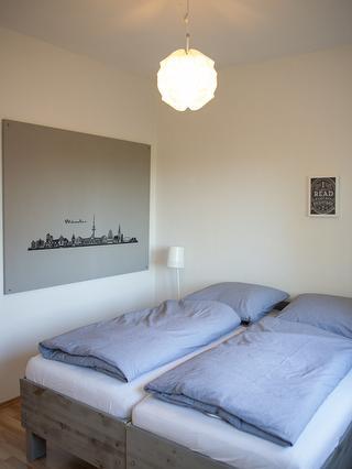 Eines von zwei Zimmern mit Doppelbett