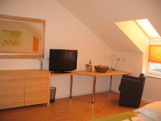 Doppelzimmer mit großem Schreibtisch