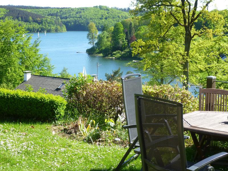 Garten mit Aussicht auf Sorpesee / Auteur: Panoramaferienhaus Sorpesee