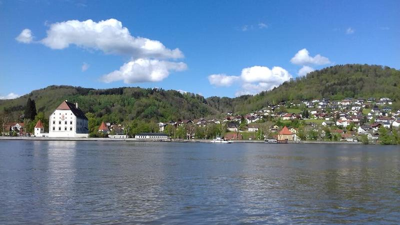 Schloss mit Donausüdhang