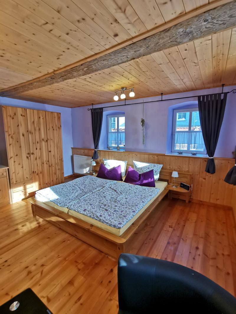 Doppelbett und Schränke der Ferienwohnung
