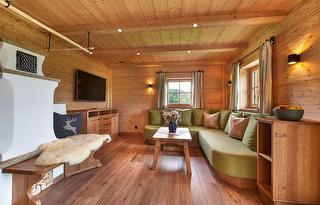 großes Sofa und Kamin im Wohnzimmer
