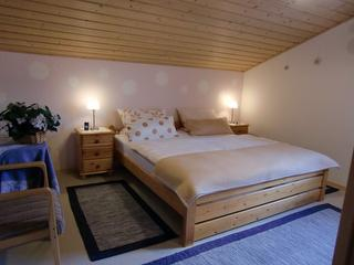 Schlafzimmer 2, mit Doppelbett, Schrank mit 3-Türen, Waschgelegenheit