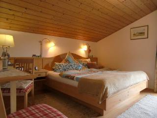 Schlafzimmer 1, mit Schreibtisch für Ihre Urlaubspost
