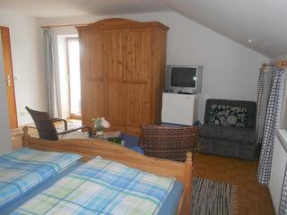 Mehrbettzimmer mit Fernseher