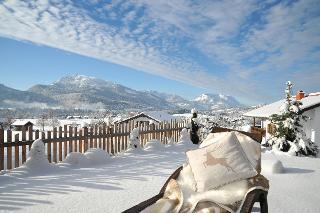 Wintersonne macht nicht nur rote Wangen. Dick eingepackt lässt sich in traumhafter Schneelandschaft herrlich entspannen.