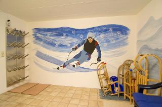 Auch für Winterspaß ist gesorgt: Skiraum mit Schuhwärmer und Schlitten.