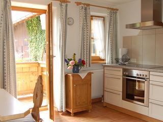 Küche mit Sicht auf den Balkon