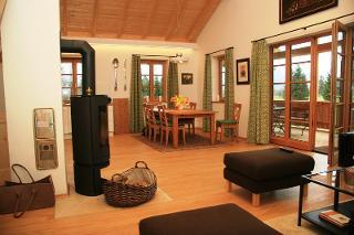 Essplatz, Wohnzimmer und Zugang zur Terrasse