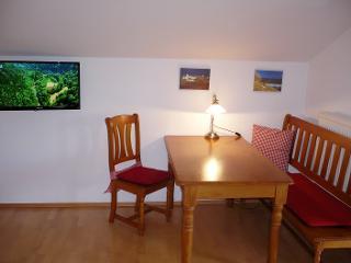 Wohnraum mit Essecke und Flat TV