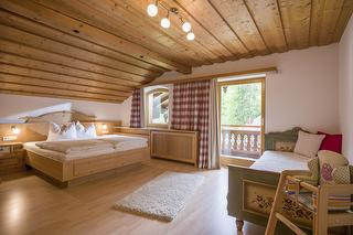 geräumiges Schlafzimmer mit drittem Bett