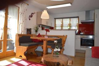 Wohnbereich mit Essecke und Küche