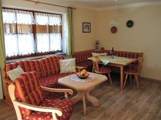Essecke und Couchgarnitur im Wohnzimmer