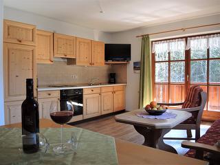 Küchenzeile im Wohnzimmer, Doppeltüre zum großen Eckbalkon