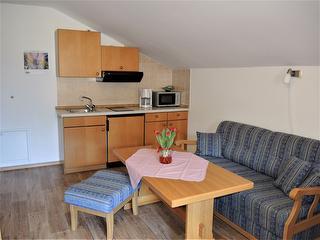 Küchenzeile und Couchgarnitur im Wohnraum