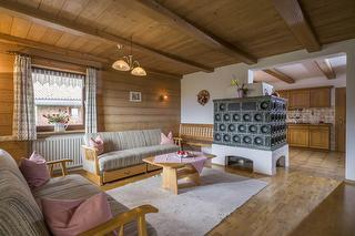 großzügiges Wohnzimmer mit Kachelofen