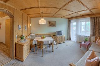 Wohnzimmer mit Essecke - Ferienwohnung Rosenblüte
