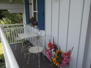 Balkon mit Sicht auf den Garten