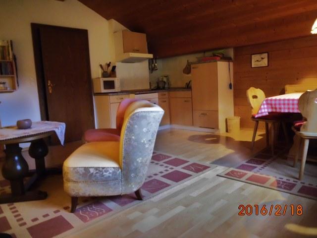 Gemtliches Wohnzimmer Mit Eckbank Und Gut Ausgestatteter Kochnische