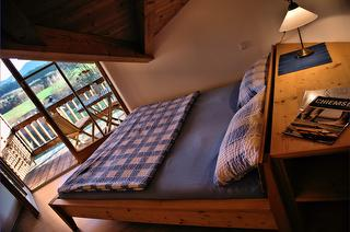 Bett mit Blick auf den Balkon Ferienwohnung Schenk