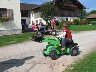 Kinder mit Tretfahrzeugen