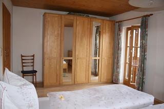 """Schlafzimmer mit Balkon in der Ferinewohnung """"Heuberg"""""""