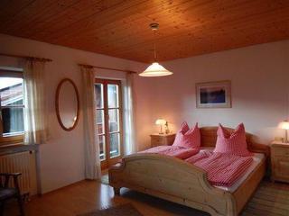 """Schlafzimmer in der Ferienwohnung  """"Wendelstein"""" mit Balkon"""