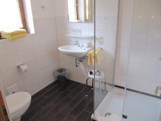 Bad vom Doppelzimmer Nr. 4 im Gästehaus Embacher