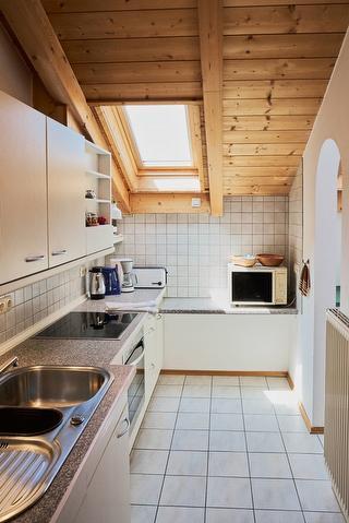 Schöne separate Küche mit neuen Geräten