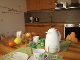 Küche mit gedecktem Frühstückstisch