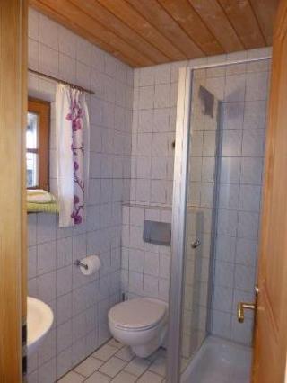 Bad im Zimmer mit Etagenbett