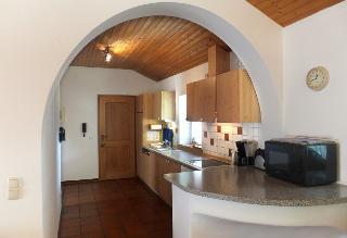 Blick vom Esszimmer in die Küche der Ferienwohnung Baumgartner