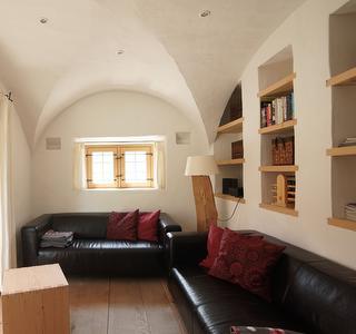 Sitzgelegenheiten im Wohn- und Essbereich mit Kachelofen - Fotograf Thomas Drexel www.thomas-drexel.com
