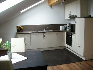 Schicke und komfortable Küche im Dachgeschoß