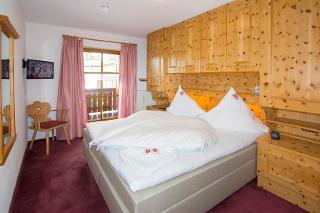 Für den gesunden Schlaf: Schlafzimmer aus Zirbenholz mit Boxspringbett.