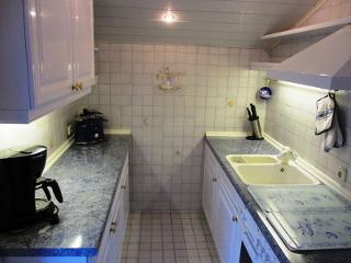 Küche mit Kaffeemaschiene, Wasserkocher und Toaster