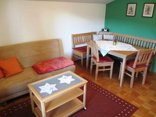 Schlafsofa und Sitzecke im Wohnzimmer