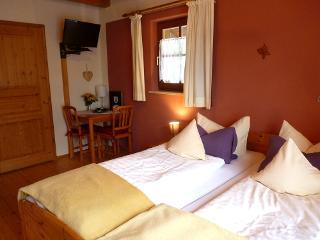 Doppelbett mit kleiner Sitzecke